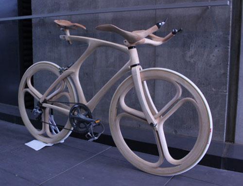 La eco-bici hecha a mano y de madera de los pies a la cabeza