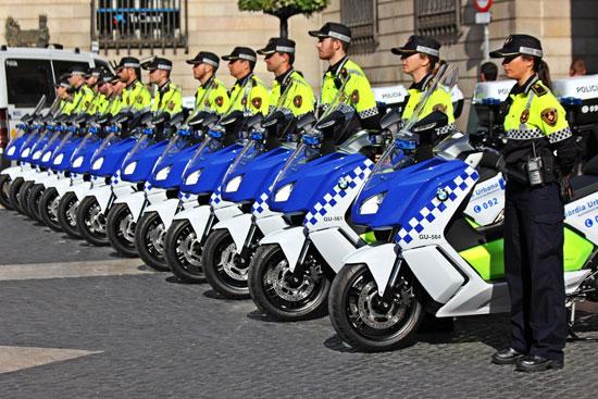 La guardia urbana de Barcelona a lomos de motos eléctricas