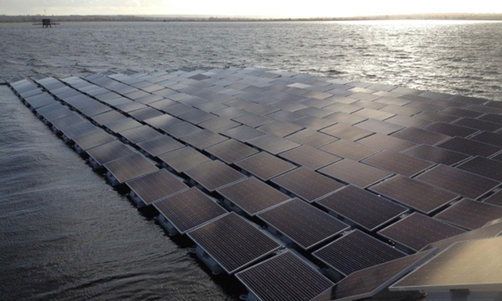 La alternativa de los paneles solares en el agua