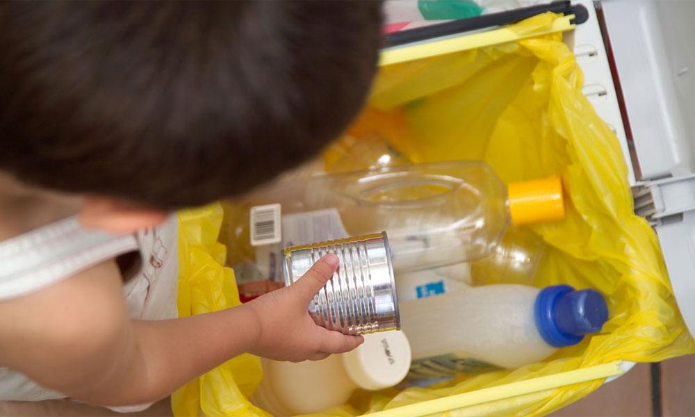 Tres cubos de reciclaje por cada hogar español