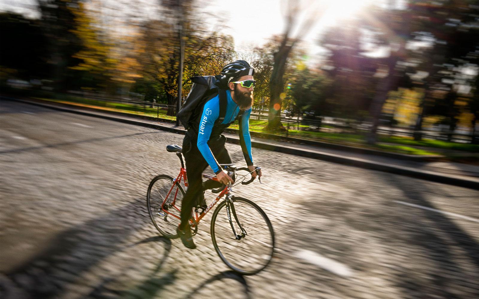 Stuart y veganook´s se alían para llevar a domicilio en bici comida vegetariana y vegana ciclologística