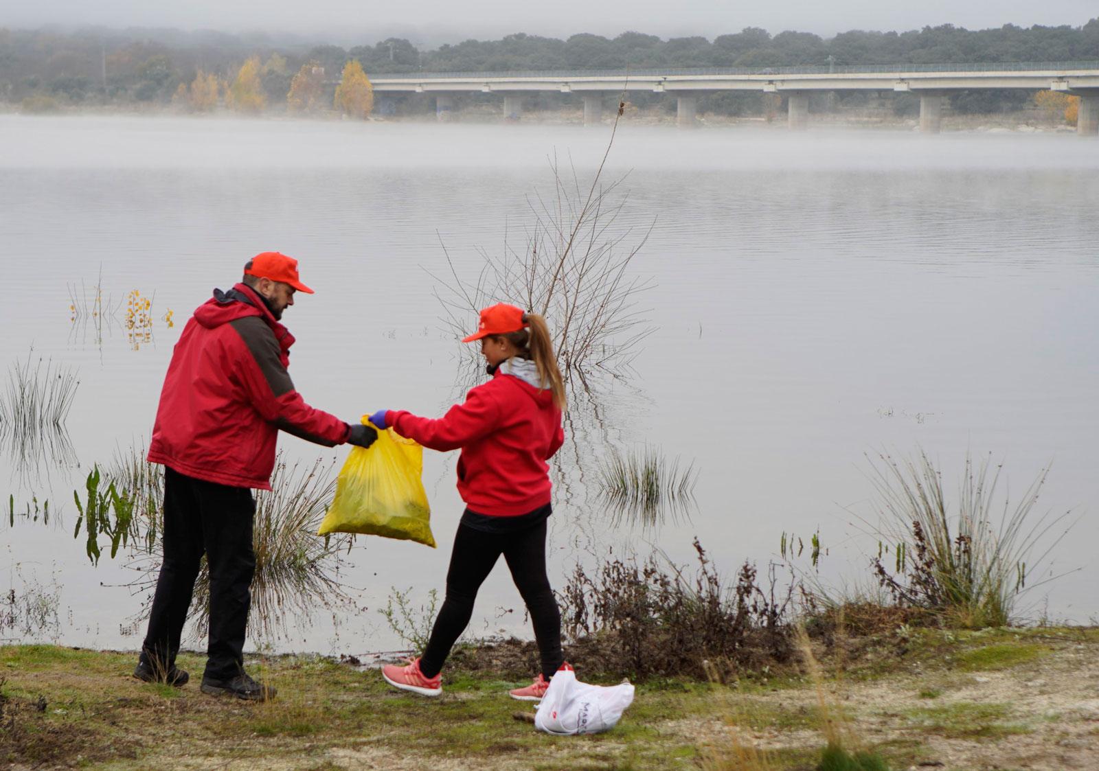 99 kilos de residuos eliminados del entorno del embalse de Valmayor