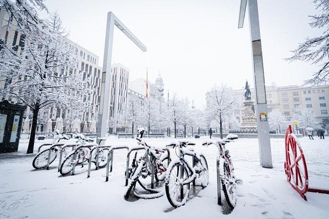 Bicicletas en la nieva tras el paso de Filomena