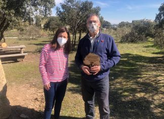 Bartolomá Barragán con la concejal de Medio Ambiente de San Sebastián de los Reyes en la entrega del reconocimiento a su labor