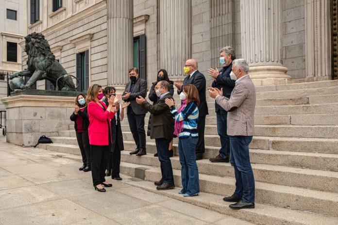 La vicepresidenta Teresa Ribera a la salida del hemiciclo junto a representantes de organizaciones medioambientales y portavoces de los grupos parlamentarios