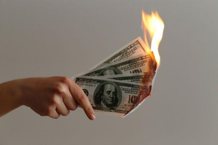 Dinero quemándose
